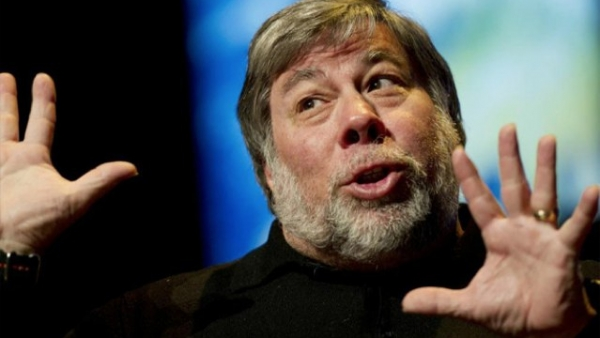 Steve Wozniak Favors His Transistor Radio Over His iPhone